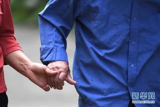 #(图片故事)(10)邻里情缘三十载 两家变成一家亲