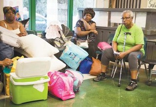 人们在美国佛罗里达州迈阿密的一个安置点休息。新华社发