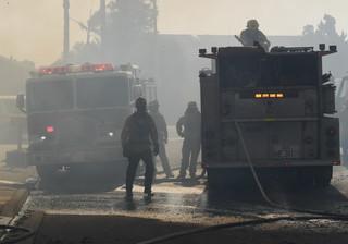 12月5日,在美国加利福尼亚州南部文图拉县,消防员在林火现场工作。新华社/法新