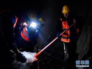 (社会)(1)深山隧道里的除冰人