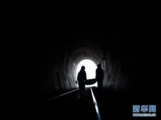 (社会)(4)深山隧道里的除冰人