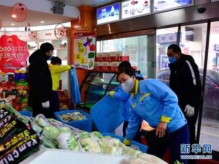 (聚焦疫情防控)(1)青海西宁:加油站售卖蔬菜保供应