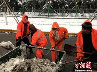 """西安连遇降雪官方倡议民众""""共御冰雪"""""""