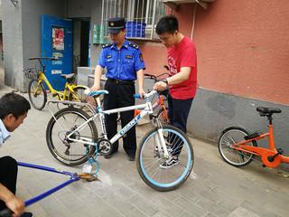 朝阳和平街街道城管集中清理小区私装地锁和占车位自行车