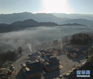 (新春走基层)(2)四川大凉山:彝族群众热热闹闹搬新居