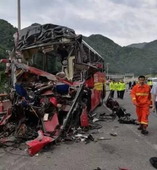陕西省境内京昆高速公路安康段秦岭1号隧道发生一起特大交通事故,一辆