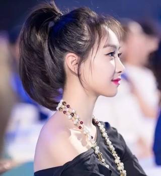 剪了空气刘海的宋茜更时髦,头发在脑后一抓一个低马尾就完成了,看上去图片