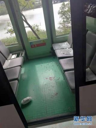 (新华网)深圳欢乐谷高空观光车发生车辆追尾事件 2名乘客受伤