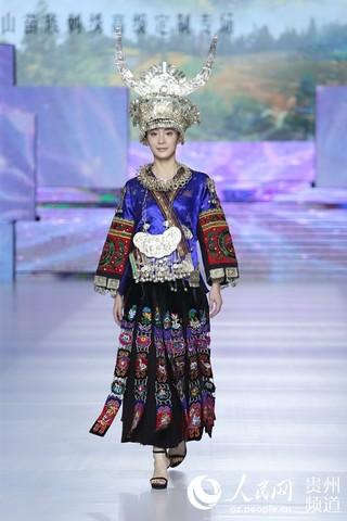 1月6日,雷山苗族服饰高级定制专场跨界发布演出亮相北京国际时