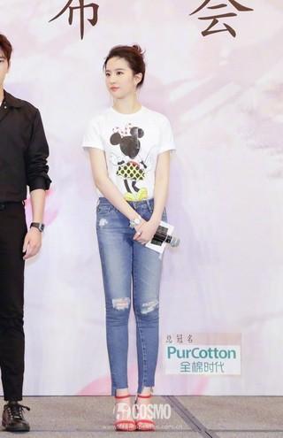 刘亦菲# 身穿Victoria Beckham米奇T恤,搭配AG破洞牛仔裤