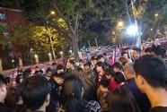 郑州城管与摊贩发生冲突 摊位被掀翻