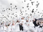 """美海军学院毕业典礼""""小鲜肉""""集体抛帽"""
