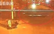无证摩托男闯红灯 被重型货车拖20米亡