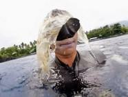 澳自由潜水者巴厘岛潜水被3吨垃圾包围