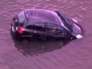 澳女子车沉河流命悬一刻被警察救出