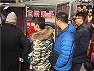 天津民众排队品尝《舌尖3》中的煎饼