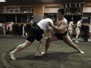 探访日本女子相扑队 与男队员训练切磋