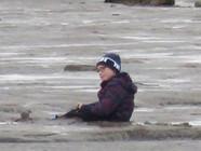 男孩陷入海滩淤泥 救援队乘气垫船营救