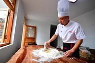 传承古法月饼制作技艺的年轻人