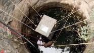 印度花豹落入深井 众人合力救助