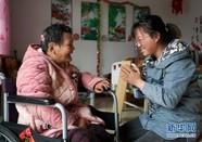90后女孩照顾瘫痪母亲十九年