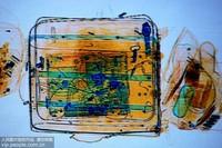 1月13日,山东青岛黄岛汽车总站,X光行李检查机上显示旅客行李中携带的笔记本电脑。