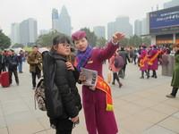 2017年1月13日,重庆,志愿者为旅客提供乘车、购票咨询。