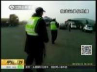 南京:现场直击——产妇高速上临产  警民接力救助