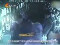 郑州:残障少年公交车上抓小偷  执着不弃令人动容