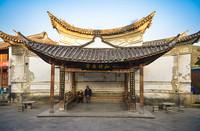 2月16日,村民在云南腾冲和顺古镇的亭子里休息。