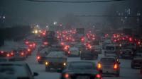 2月19日,降雪导致哈尔滨市区行车缓慢。