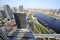响螺湾商务区楼盘矗立在天津海河岸边(2014年11月7日摄)。