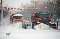 2月19日,在新疆阿勒泰地区布尔津县城,清雪车在清扫扫路面积雪。新华社发(巴合提别克 摄)