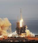 """2月19日,在美国佛罗里达州卡纳维拉尔角肯尼迪航天中心,""""猎鹰9""""火箭从39A发射台发射升空"""