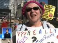 """美国总统特朗普执政""""满月"""":不满政策  芝加哥民众示威抗议"""