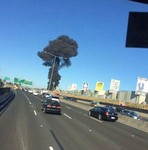 一架小型飞机撞入墨尔本埃森登机场附近购物中心,建筑物上冒出了滚滚黑烟。(图片来源:Instagram)