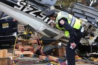 2月19日,在美国新泽西州贝永,调查人员勘查一坠机事故现场。