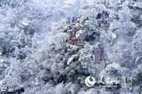 庐山出现降雪,漫山白雪将庐山包裹,山间云雾笼罩,如梦如幻。