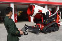 3月21日,福建省厦门市消防支队特勤大队队员在演示操作多功能消防灭火机器人。