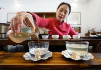 3月21日,茶艺师在钟山文创游览点为游客表演雨花茶茶艺。