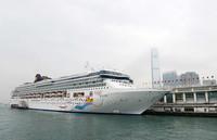 """3月22日,丽星邮轮""""处女星号""""停靠在香港维多利亚港。"""