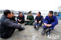 徐寻坚向辖区渔船民了解海上治安形势