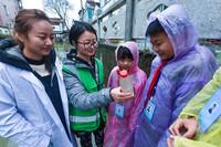 """3月22日,织里镇漾西小学的孩子们在乡镇巡河员及水质监测员的陪同下,学习水样采集、排污勘测等方面的知识。这些孩子都是当地的""""小小河长"""",定期负责相关河道的水质监控。"""