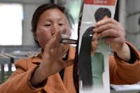 3月22日,村民在菏泽市鄄城县董口镇代堂村扶贫车间整理头发制品。