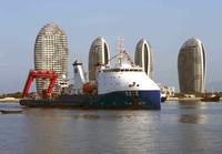 """3月23日,""""探索一号""""科考船停靠在南海救助局三亚基地救助码头。新华社发(沙晓峰 摄)"""