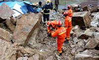 3月23日,消防战士在现场救援。