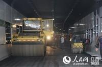 南昌红谷隧道今日开铺沥青 通车进入倒计时