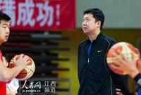 第十三届全运会成年男子篮球预赛(南昌赛区)举行,王治郅以解放军队助理教练身份出现在赛场。李斌/摄