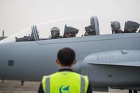 枭龙双座战斗教练机准备起飞(4月27日摄)。新华社发