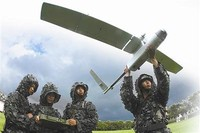 """广西某边防团""""无人机操作员""""正在放飞无人机"""